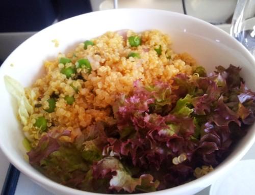 Salata od svežeg povrća i kinoe u kari sosu