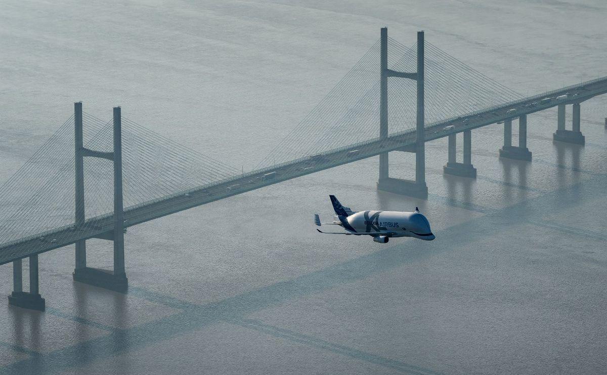 Beluga XL u niskom letu iznad Velsa